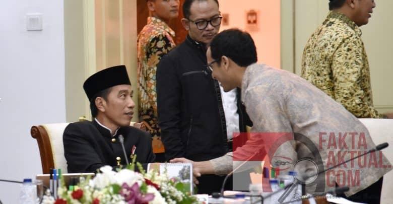 CEO Go Jek Indonesia Nadiem Makarim menyalami Presiden Jokowi sebelum mengikuti Rapat Terbatas, di Istana Bogor, Jawa Barat, Kamis (16/11) siang. (Foto: Agung/Humas)