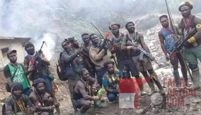 Photo. kelompok bersenjata Papua dalam konteks pegang senjata.