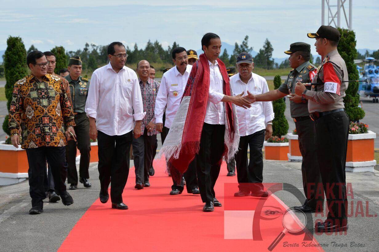 Photo, Presiden Joko Widodo Tiba Dibandara Internasional Silangit dalam pelaksanaan Peresmian Bandara tersebut. SUMUT.