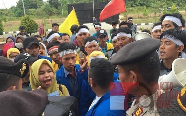 Photo, Aksi Mahasiswa yang berdemo didinas Pendidikan Provinsi Kepri memakan korban nyawa salah satu pegawai dinas pendidikan Provinsi Kepri.