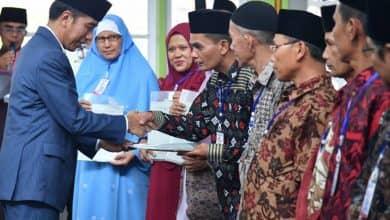 Photo of Tanpak Akrab Bersama Warga, Presiden Bagikan Sertifikat Tanah Di Padang